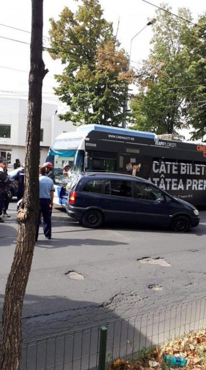 Accident pe Soseaua Vestului. Un sofer a iesit din parcarea Balif fara sa se asigure, masina fiind izbita in plin de troleibuz