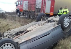 Accident grav la Baltesti. O masina s-a rasturnat in camp. Doi adulti si un bebelus au ajuns la spital