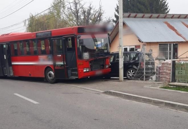 Un autobuz cu 14 călători a lovit marți, în comuna Brebu din județul Prahova, o mașină parcată, după ce a avut probleme cu o roată. O femeie și un copil care urmau să urce în mașina lovită au ajuns la spital.  Purtătorul de cuvânt al ISU Prahova, Raluca Vasiloae, a declarat că pompierii au intervenit pentru asigurarea zonei în urma unui accident rutier produs în comuna Brebu. Aici, un autobuz cu 14 călători a lovit o mașină parcată în fața unui depozit de materiale de construcții, conform Mediafax.