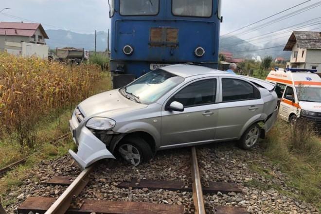 Accident feroviar in Cornu de Jos. O masina a fost lovita de tren, un barbat a fost transportat la spital