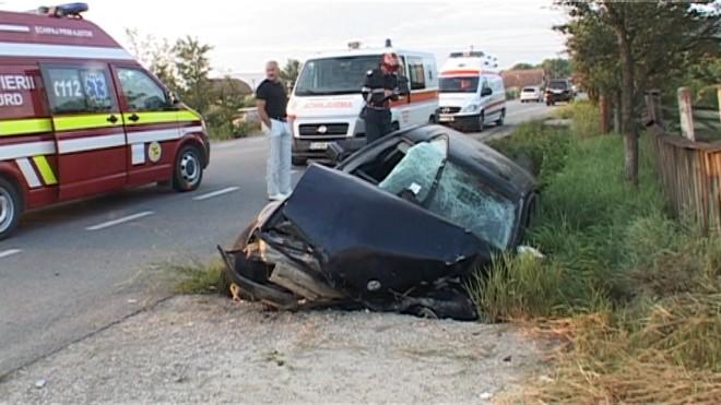 Accident in comuna Cerasu, satul Slon. O femeie fara permis s-a izbit cu masina intr-un cap de pod. Doua victime