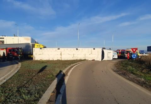 Accident in giratoriul de la Carrefour. Un TIR incarcat cu porci s-a rasturnat