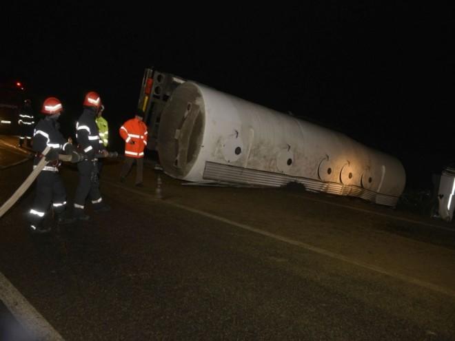 Accident pe DN1B, la Fantanele. O cisterna incarcata cu motorina s-a rasturnat. Sunt scurgeri de carburant pe carosabil