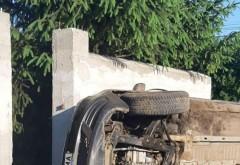 """Beat sa fii, permis sa n-ai! Un prahovean """"afumat"""" s-a rasturnat cu masina peste gardul unei case din Blejoi. Acesta nu avea permis de conducere"""