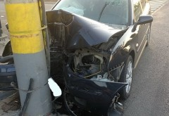 Ploieşti: Accident rutier grav. O maşină a intrat într-un stâlp de electricitate