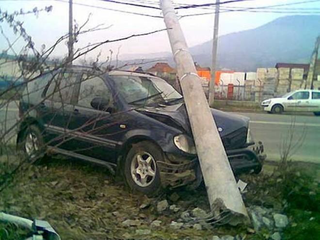 Accident in Prahova, la Iordacheanu. Un tanar s-a izbit cu masina in stalp, intr-o curba periculoasa
