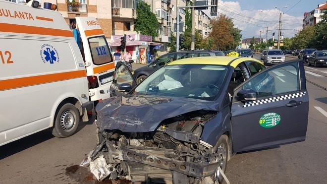 Accident in Ploiesti, pe Buna Vestire. Un taxi a fot spulberat de o masina care nu a acordat prioritate. Pasagerul a rămas încarcerat!