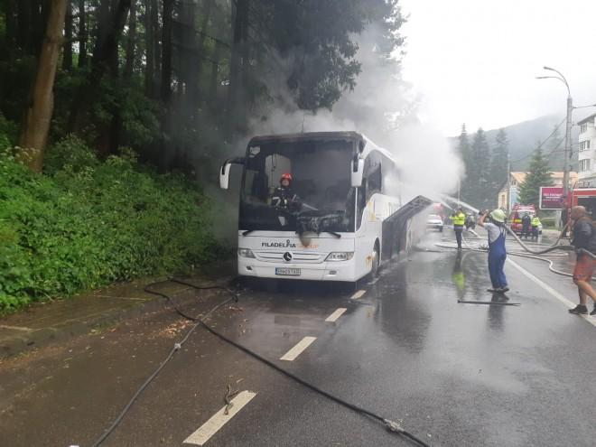 Un autocar a luat foc pe DN1, la Azuga. Printre pasageri, o gravida in 7 luni