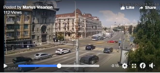 VIDEO/ Accident in centrul Ploiestiului. Un motociclist a intrat in plin intr-o masina