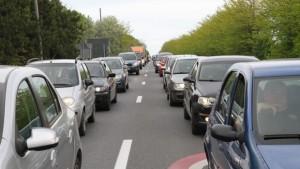 Trafic îngreunat pe Valea Prahovei şi Autostrada Soarelui. Circulaţia se desfăşoară cu viteză redusă