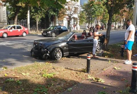 Accident pe Bulevard, zona Radu Stanian. Un BMW-uri s-a facut praf dupa ce a evitat o masina care a iesit neregulamentar in Bulevard