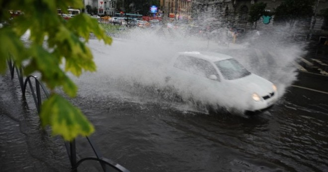 Sfaturi pentru soferi, de la Politia Prahova. Cum sa circuli pe ploaie sa eviti accidentele