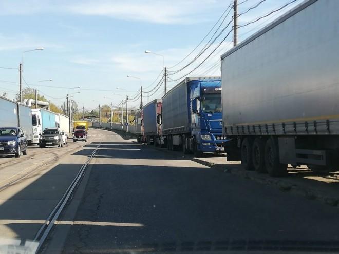 Strada Mihai Bravu, blocată din nou de TIR-uri