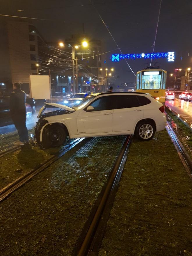 Accident in Ploiesti, pe Gheorghe Doja, langa BCR. O masina a ajuns pe sinele de tramvai