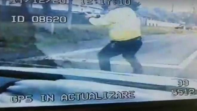 Imagini cu un puternic impact emoțional. Bărbat mort, după ce polițiștii au tras în mașina sa