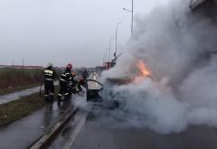 O masina a luat foc, sub giratoriul suspendat din zona Spitalului Judetean