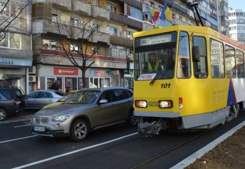 Accident pe Bd. Republicii din Ploiesti. O tanara a fost lovita de tramvai, pe trecerea pentru pietoni, langa Mega Image