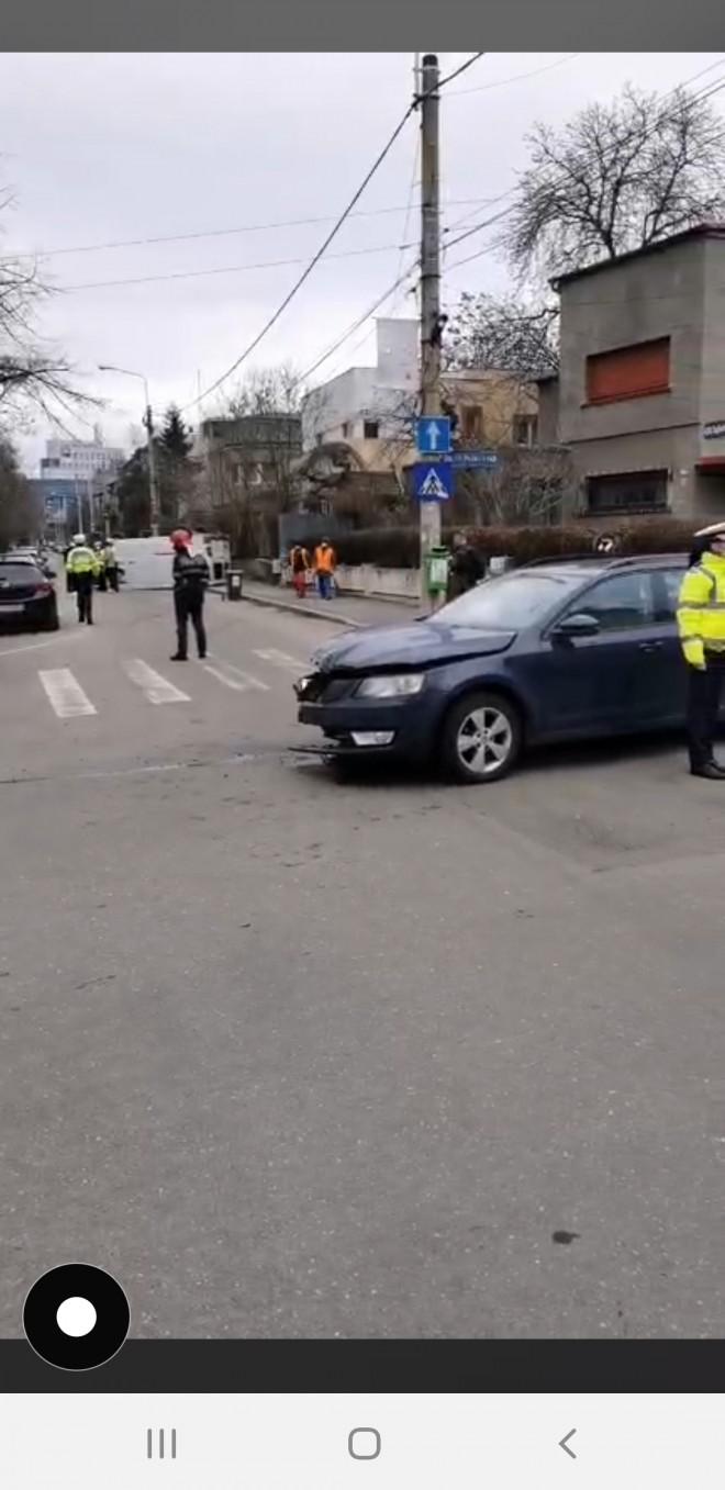 """Inca un accident in """"intersectia prostilor"""". O duba s-a rasturnat, in intersectia strazilor Hasdeu cu 13 Decembrie"""
