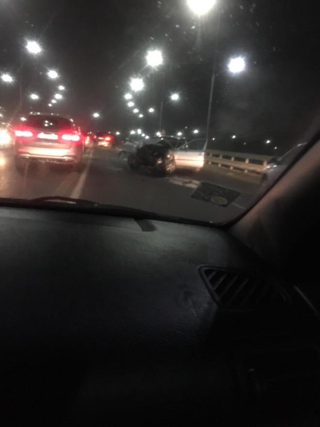 Accident in giratoriul suspendat, de la iesire din Ploiesti. Doua masini implicate