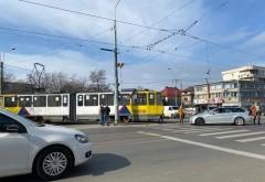 Accident in Ploiesti, in Piata Anton. Un tramvai a lovit o masina care nu a acordat prioritate in intersectie