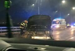 Accident in giratoriul suspendat de la iesirea din Ploiesti spre Paulesti. O masina a lovit parapetii si s-a izbit de un alt autoturism