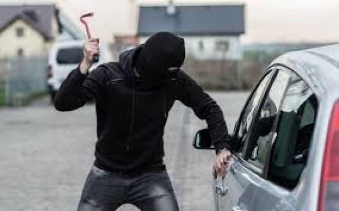 Autoturism spart, pe Bd. Republicii din Ploiesti. Hotii au fost prinsi dupa o luna jumate