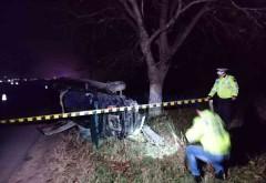 Accident grav la Stoenesti, pe DN72. Un sofer a intrat cu masina intr-un copac. Barbatul este incarcerat