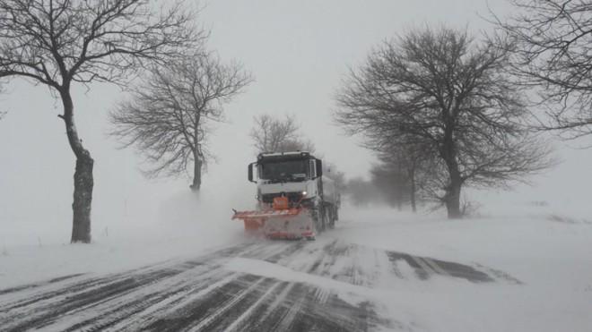 Prahova: Camioane oprite pe DN 1A, din cauza zăpezii abundente. Ninge fără încetare în 20 județe din centrul și sud-vestul țării