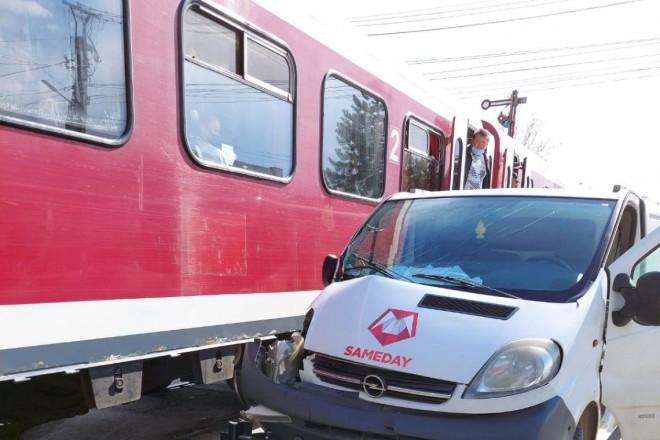 O mașină a unei firme de curierat, lovită de tren la Plopeni