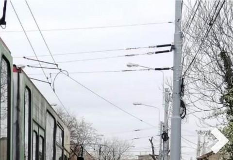 Cel mai prost din curtea scolii! Un sofer a reusit sa blocheze circulatia tramvaielor dupa ce a confundat strada cu ograda mă-sii