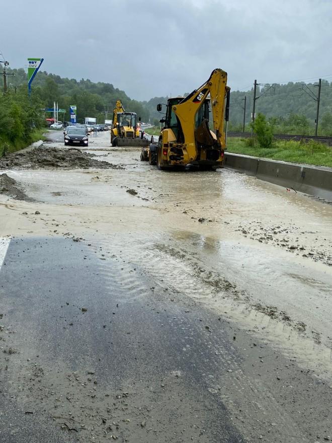 Trafic blocat pe DN1, la Nistoresti, din cauza inundatiilor. Spre Brasov se va circula prin Breaza