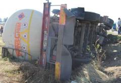 Accident periculos pe Autostrada Bucuresti-Ploiesti. O cisterna incarcata cu benzina si motorina s-a rasturnat. Scurgeri de combustibil pe carosabil