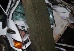 Prahova/ Accident, azi noapte, la Varbilau. O autoutilitara a intrat in copac. In masina se aflau un tanar de 24 de ani si o tanara de 23