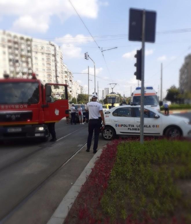 Ploiesti/ Accident in giratoriul de la Caraiman. Un tramvai care a trecut pe rosu a intrat in plin in doua autoturisme