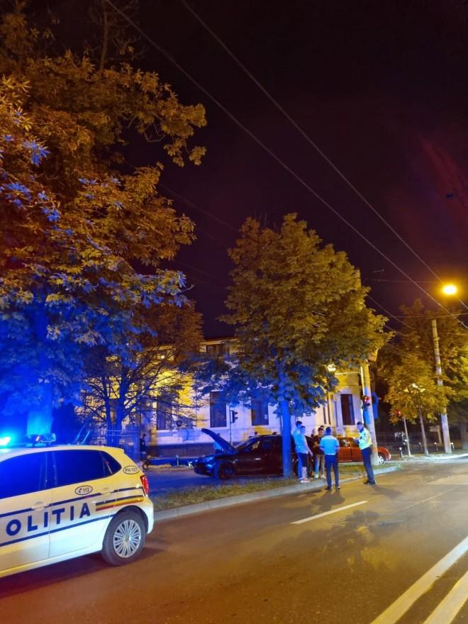 Accident pe Bulevard, langa Casa Casatoriilor. Doua masini s-au facut praf