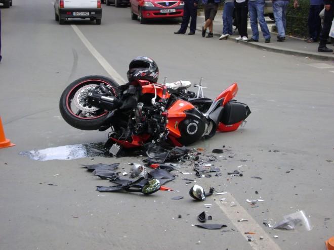 Accident în Comarnic. Un motociclist a fost lovit de o maşină