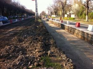 O șoferiță a căzut cu mașina pe șantierul de modernizare a liniilor de tramvai