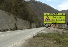 Atenție, șoferi! Cad STÂNCI pe DN 1 în zona localității Comarnic