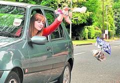 Ce AMENZI riști dacă arunci gunoaie și mucuri de țigară pe geamul mașinii