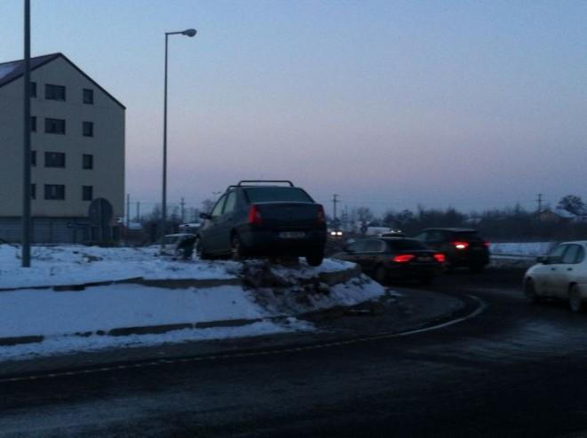 Accident rutier SPECTACULOS pe DN1. Un şofer s-a urcat cu maşina pe un sens giratoriu