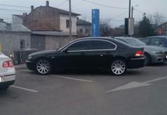 Nesimtitii Ploiestiului: Sofer de BMW, in parcarea AFI Palace. Si-a lasat loc si pentru burta?!