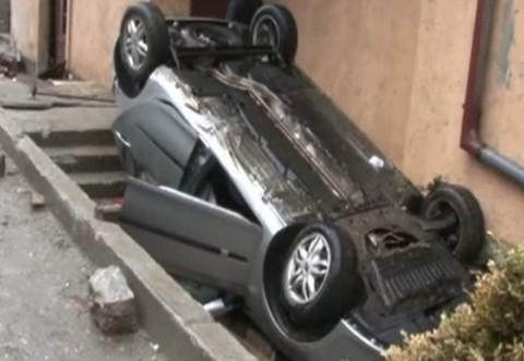 Accident SPECTACULOS la Sinaia. O maşină s-a răsturnat şi a intrat într-o casă VIDEO