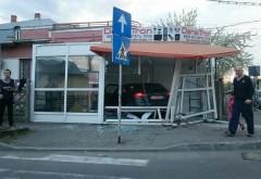 Accident INCREDIBIL în Ploiești. Un șofer a intrat cu mașina într-un magazin