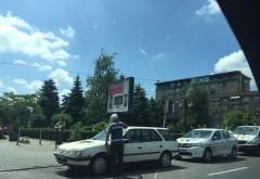 INCIDENT în centrul Ploieștiului. O mașină a luat FOC FOTO