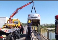 Accident SPECTACULOS la ieşire din Ploieşti. Un şofer a rămas suspendat pe un POD