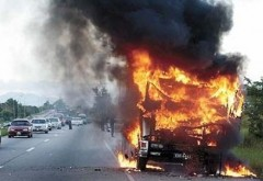Un TIR a luat foc la Bărcăneşti