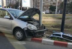 Accident rutier în rondul de la Caraiman. Un şofer a intrat în SEMAFOR