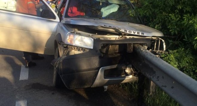 Accident pe DN 1, la Bănești. O mașină a intrat in parapet