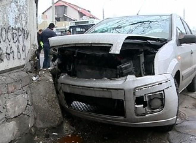 Accident în Prahova. Un șofer a intrat cu mașina într-un zid