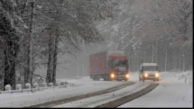 Prima ninsoare abundentă în Prahova. Cum se circulă pe drumurile naţionale